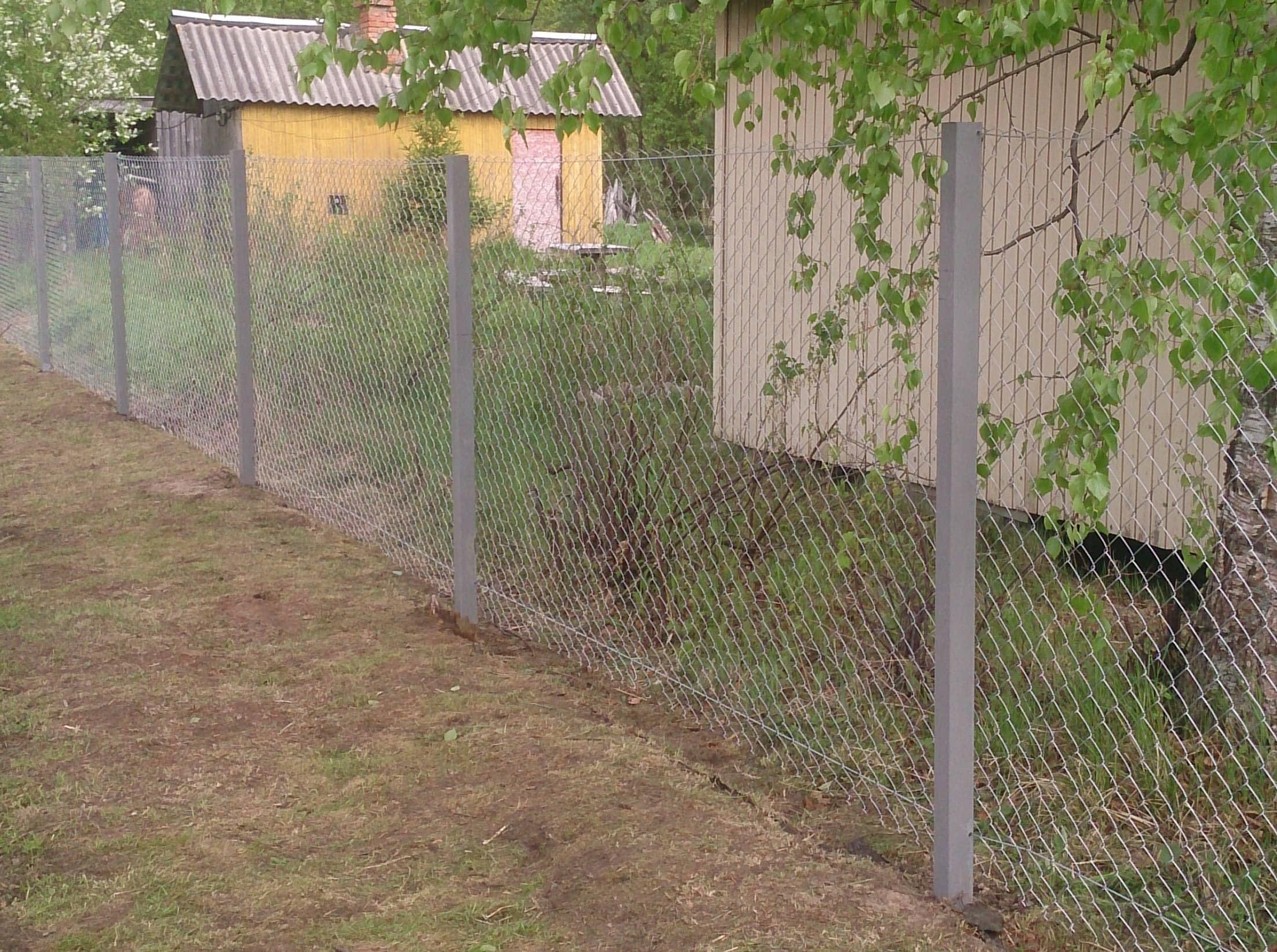 Забор из сетки рабицы на участке с уклоном своими руками